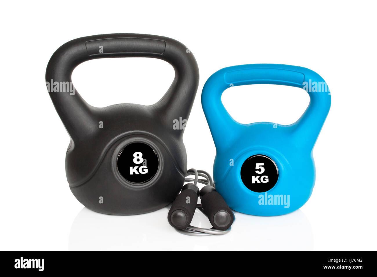 Kettlebells und Springseil isoliert auf weißem Hintergrund. Gewichte für ein Fitness-Training. Stockbild