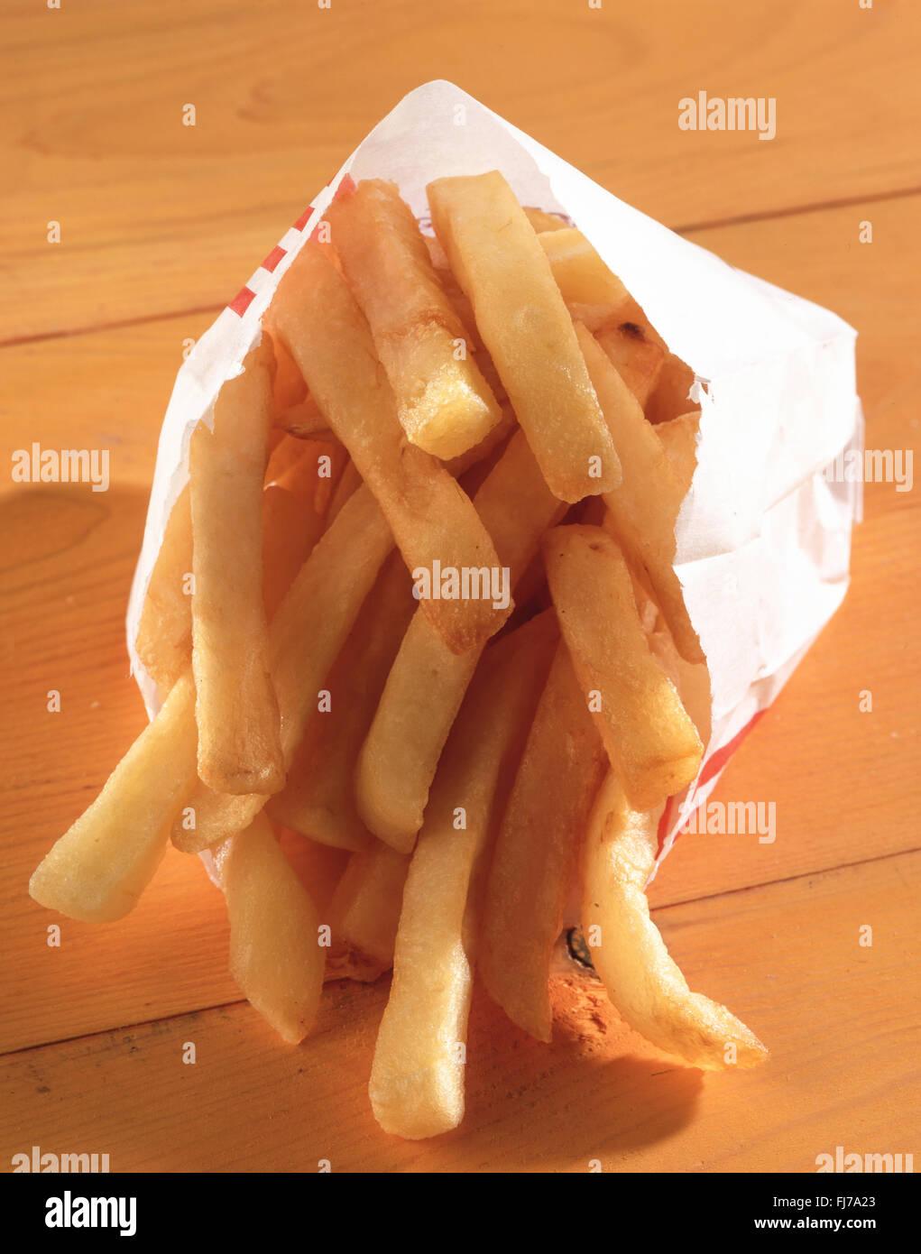 Kleines Päckchen Pommes frites aus Kentucy Fried Chicken, Ashford, Surrey, England, Vereinigtes Königreich Stockbild
