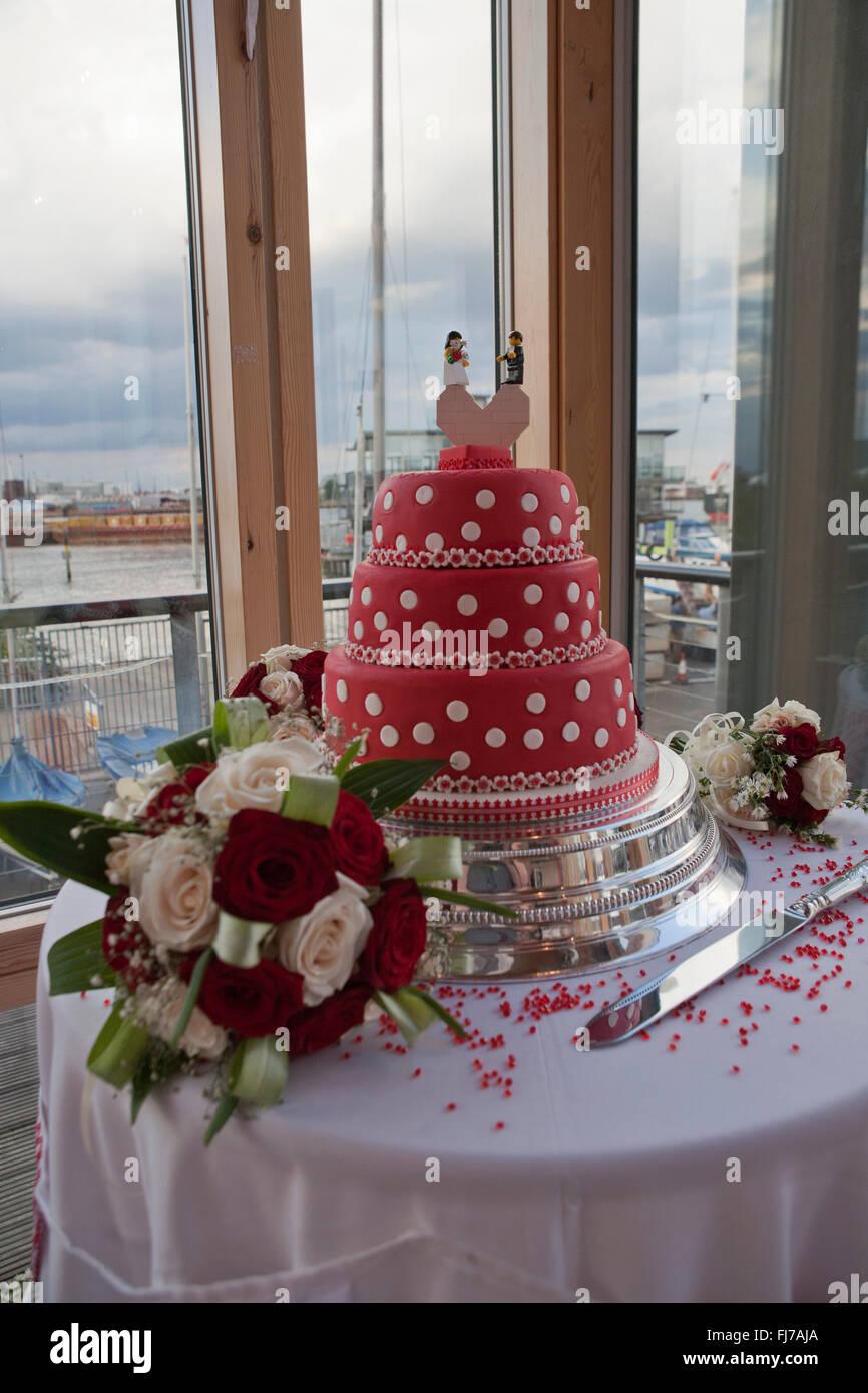 Rote Und Weisse Tupfen Hochzeitstorte Mit Lego Braut Und Brautigam