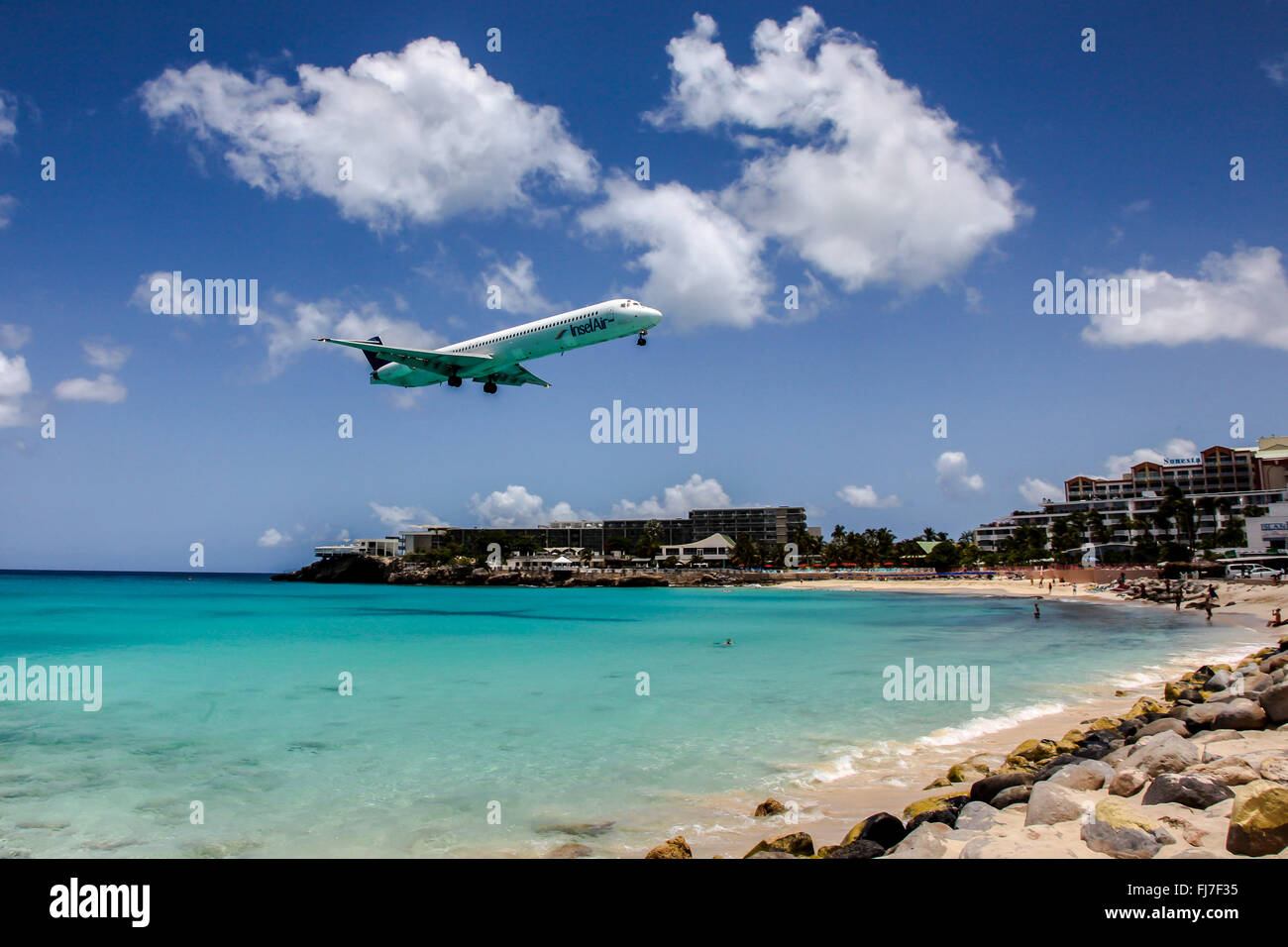 Insel Air Flugzeug Landung auf Princess Juliana International Airport in St.Martin über Maho Bye Strand Stockbild