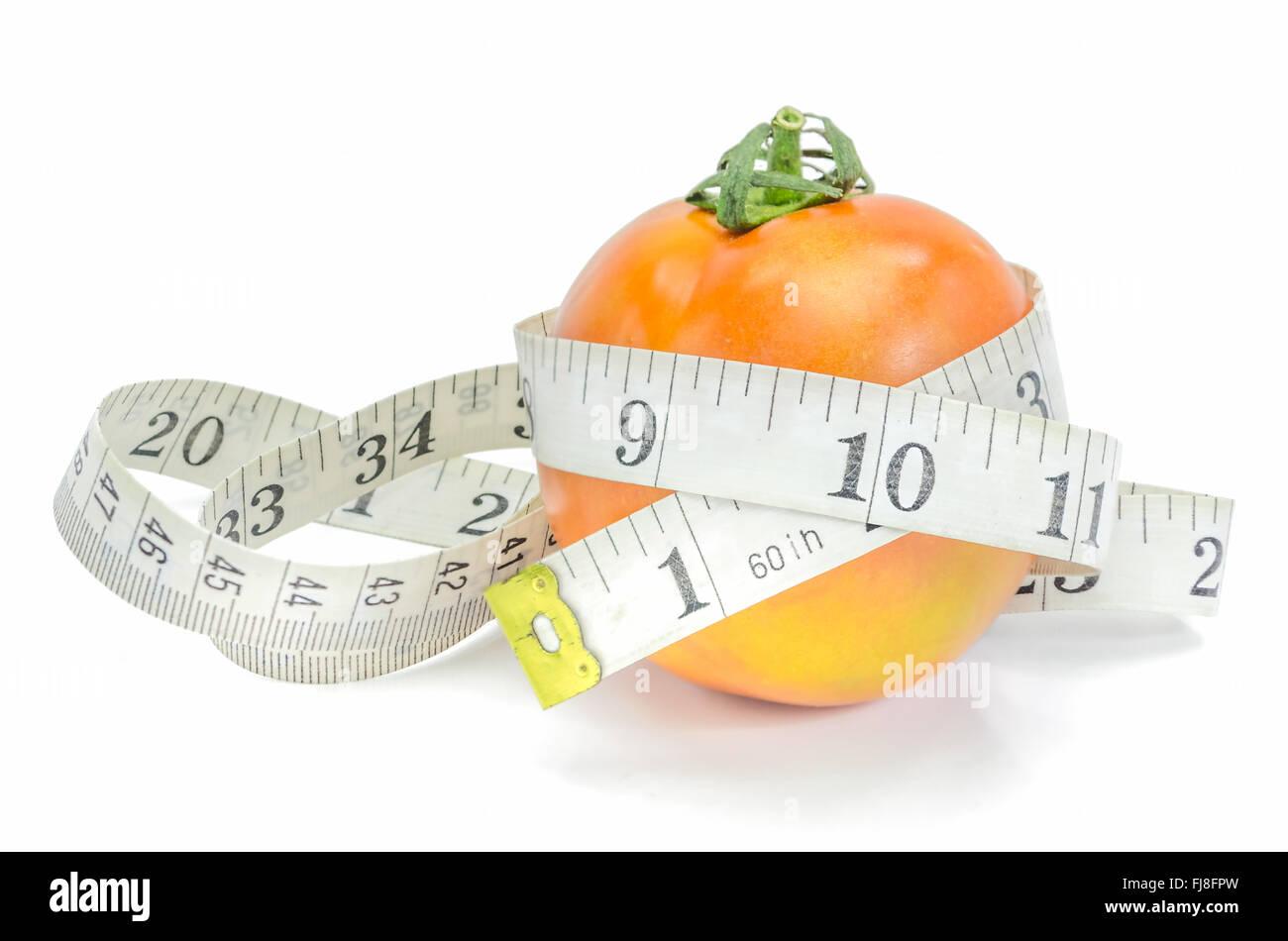 Lebe gesund - frische Tomaten mit Maßband auf weißem Hintergrund. Stockbild