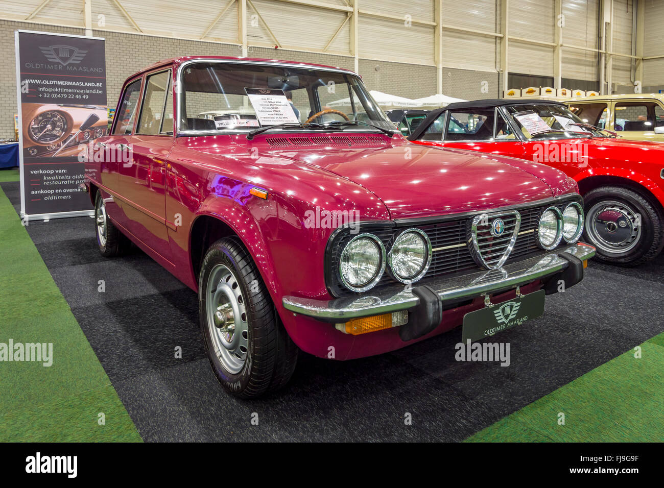 kompakte executive auto alfa romeo giulia nuova super 1300 1975 stockfoto bild 97326027 alamy. Black Bedroom Furniture Sets. Home Design Ideas