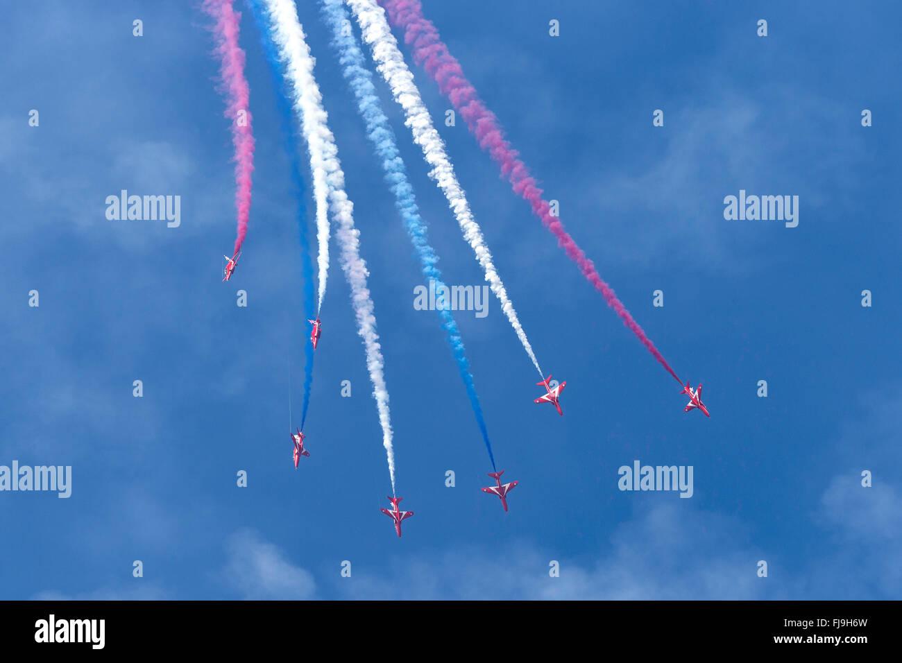 Royal Air Force (RAF) Bildung Kunstflug display Team der Red Arrows fliegen die British Aerospace Hawk t. 1 Schulflugzeug. Stockfoto
