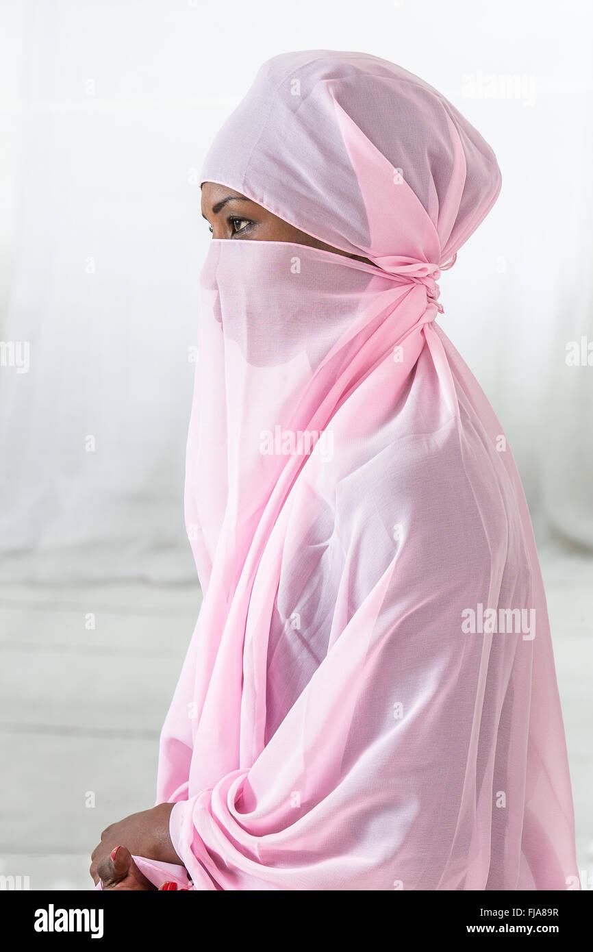 Schöne schwarze afrikanische muslimische Frau Rosa Kopftuch Stockbild