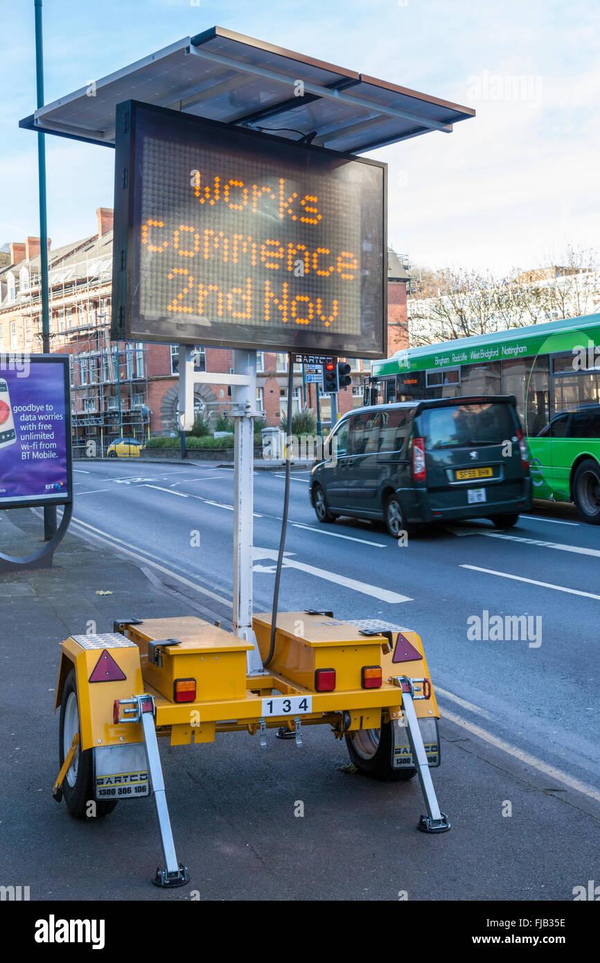 Elektronische Verkehrsschilder. Eine Solarstromanlage mobile matrix Schild, Nottingham, England, Großbritannien Stockfoto