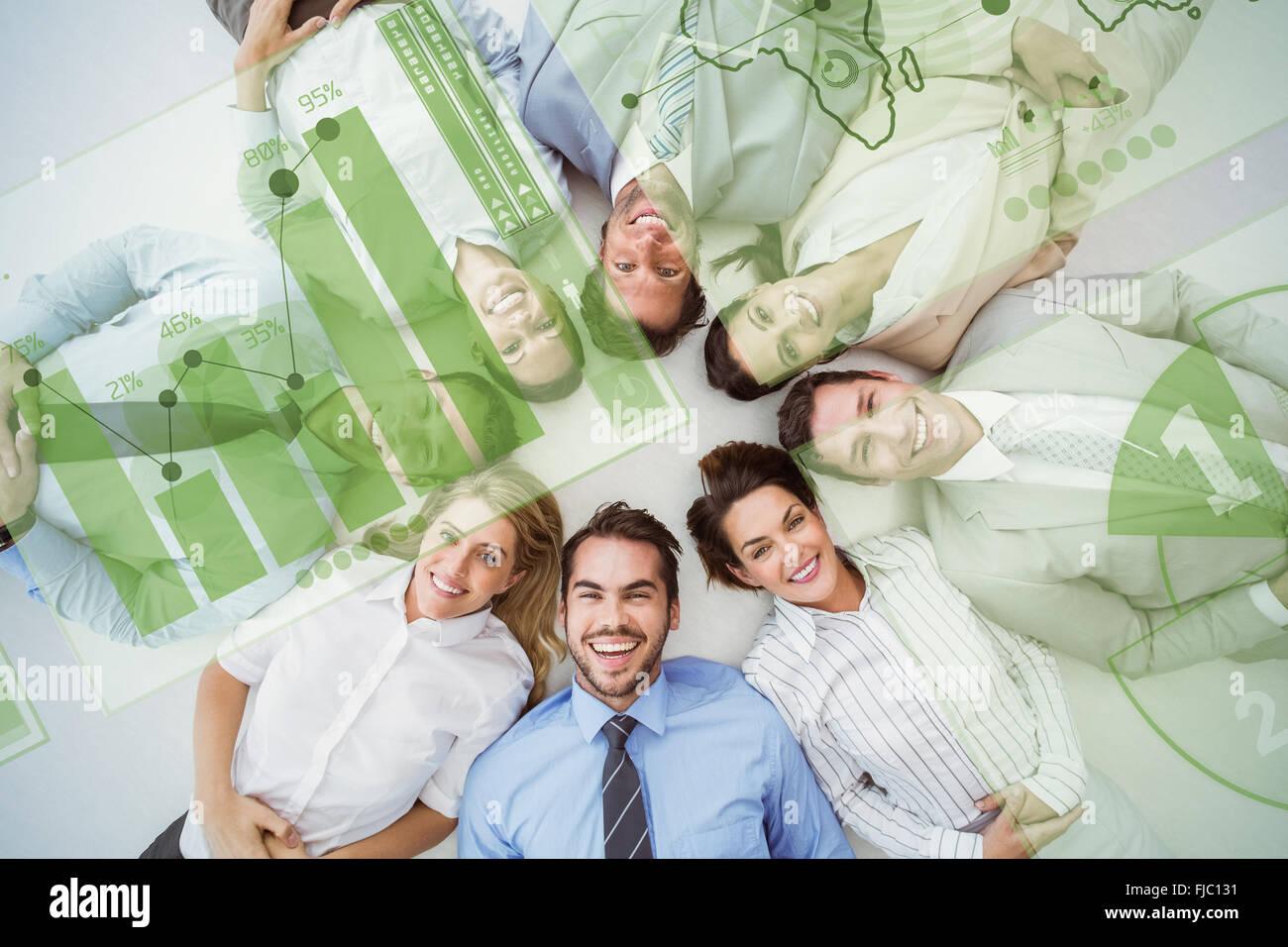 Zusammengesetztes Bild von jungen Geschäftsleuten im Kreis liegen Stockbild