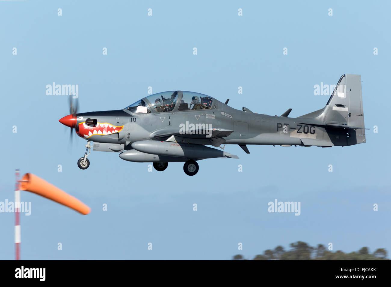 Indonesische Luftwaffe Embraer EMB 314 Super Tucano Landung in Malta auf  einem technischen Halt, auf Überführungsflug aus Brasilien angereist  Stockfotografie - Alamy