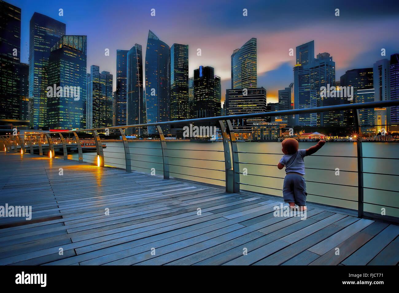 Kleiner Junge in einer großen Stadt Stockbild