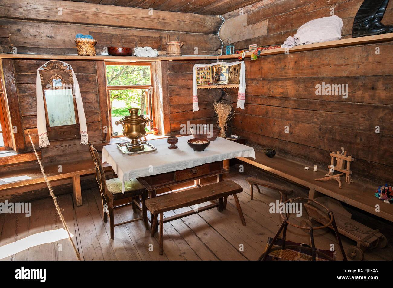 Innenraum des alten ländlichen Holzhaus im Museum der ...