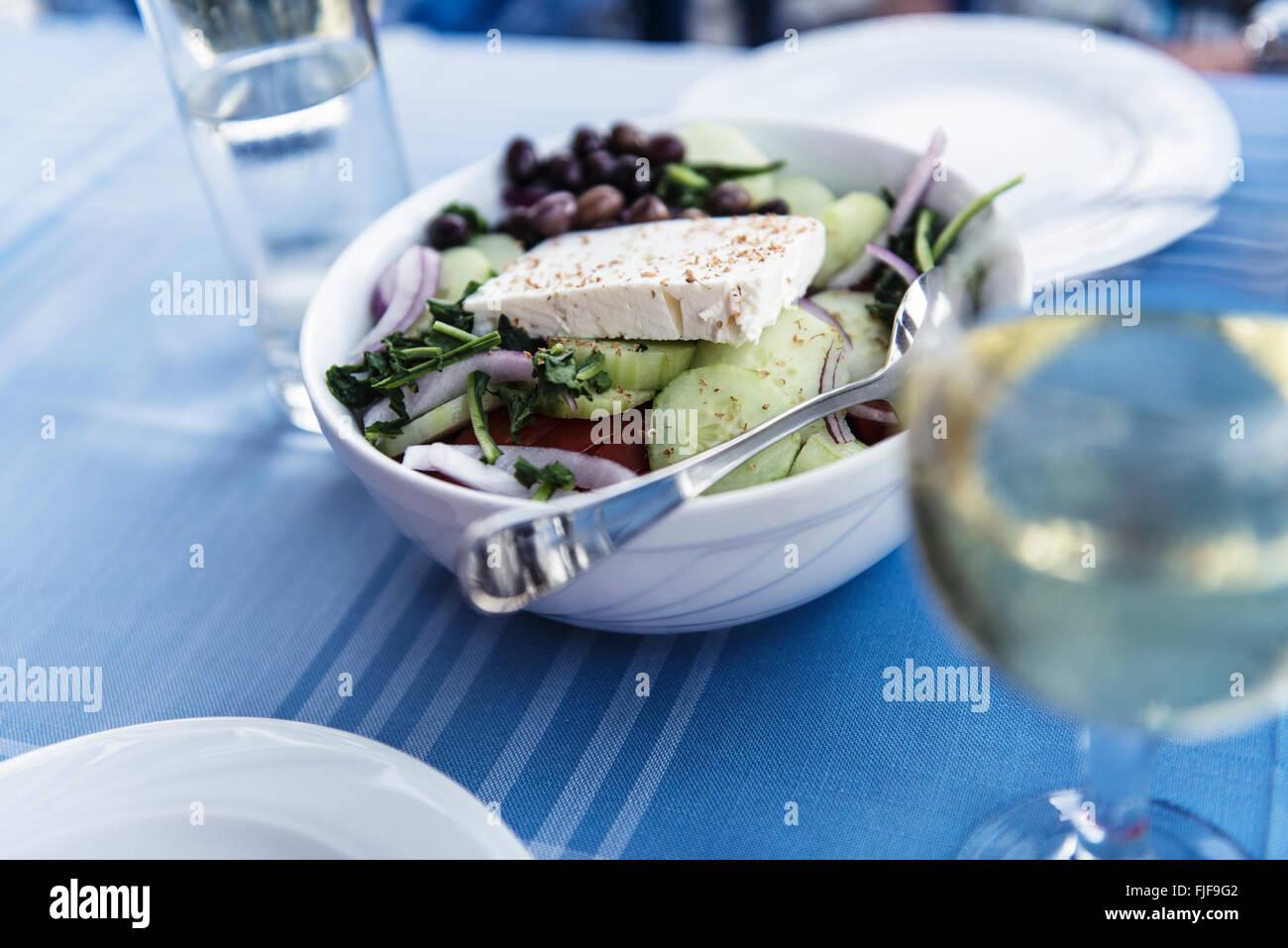 Gesunden griechischen Salat auf dem Teller mit Gemüse und Feta-Käse, Griechenland Stockbild