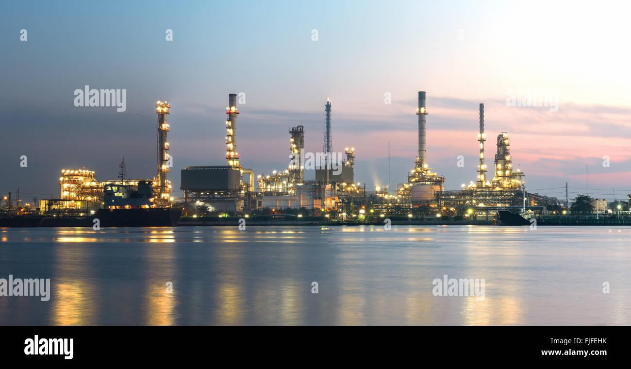Tanker-Öl-Raffinerie in der Dämmerung - Panorama-Bild Stockbild