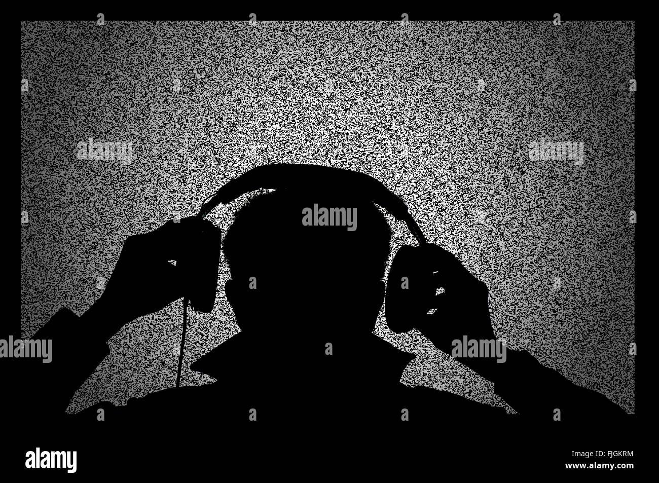 konzeptionelle computergenerierte Mann mit Kopfhörer und Bildschirm Stockbild
