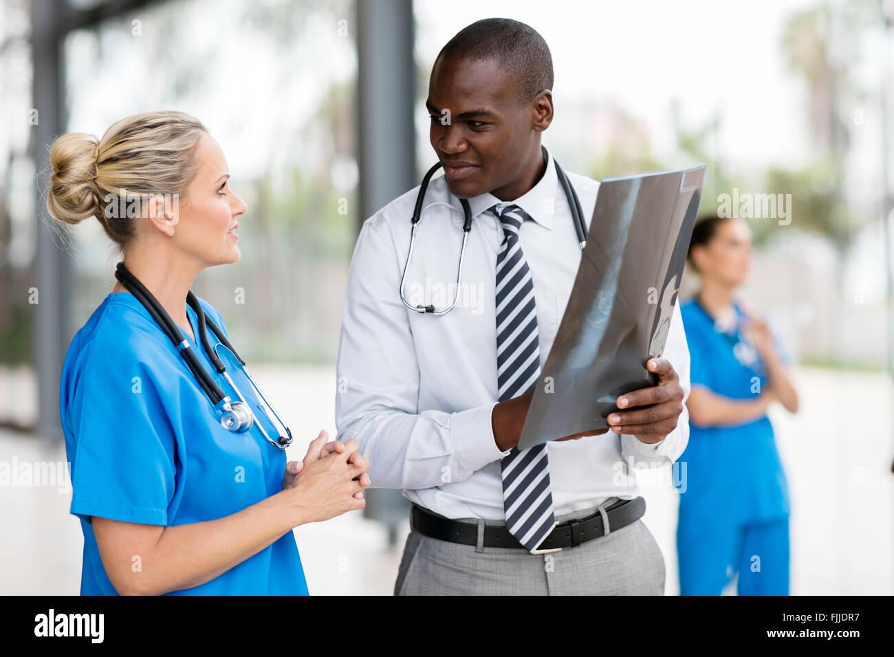 Ärztinnen und Ärzte arbeiten zusammen im Krankenhaus Stockfoto