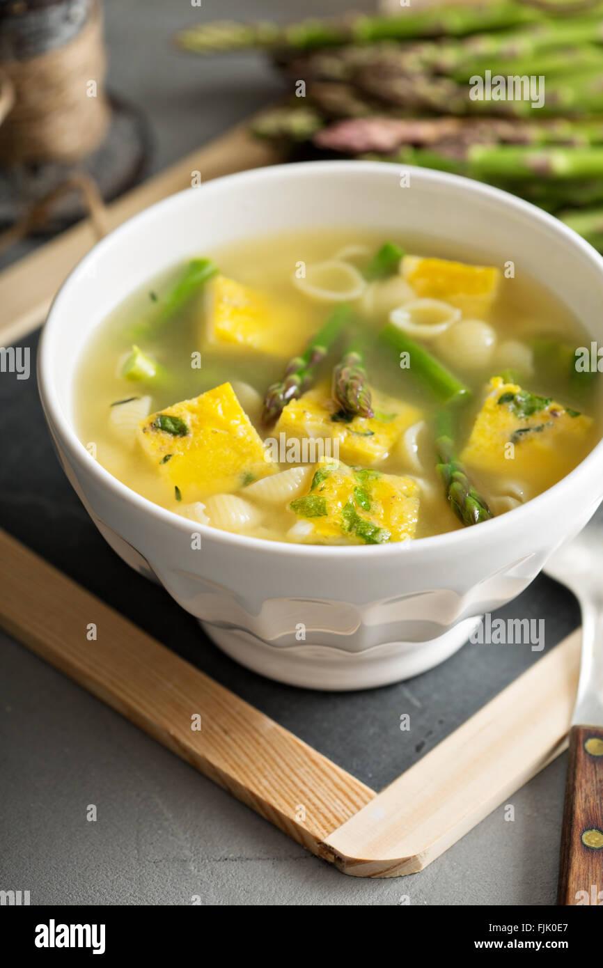 Hausgemachte Spargel-Frittata-Suppe Stockfoto