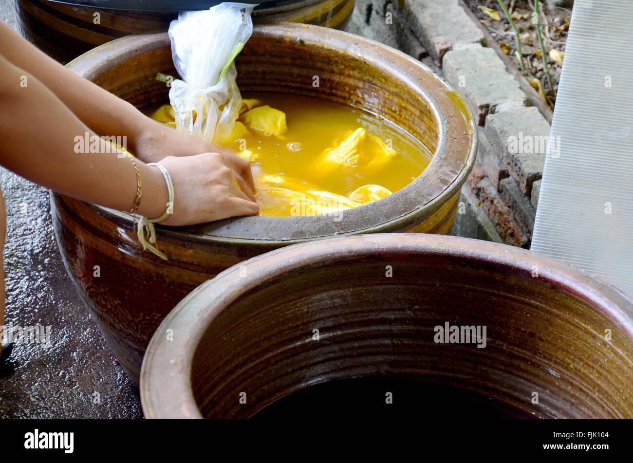 thai frauen binden batik f rben gelb naturfarbe hergestellt aus kurkuma werk in nonthaburi. Black Bedroom Furniture Sets. Home Design Ideas