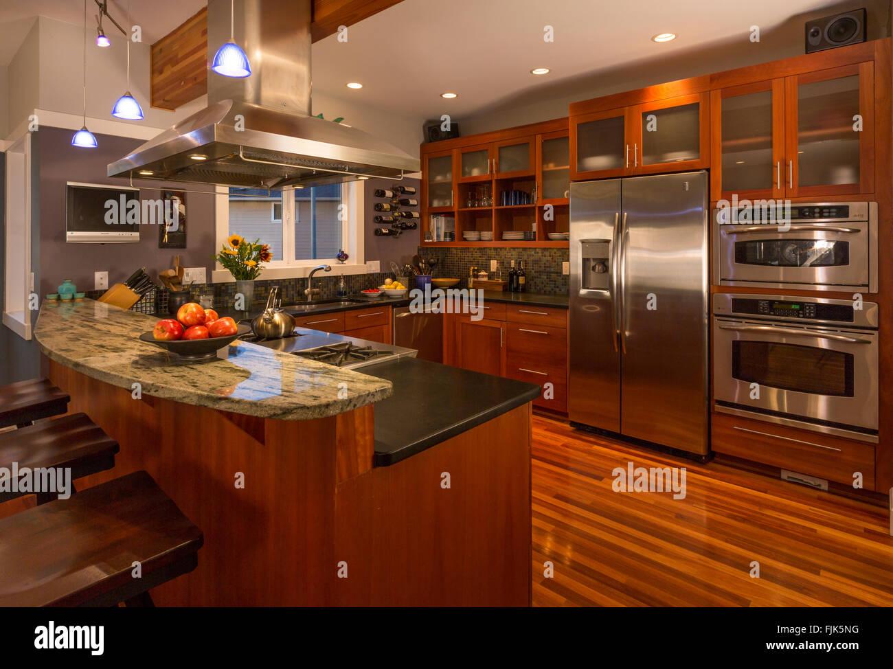 Zeitgenössische Gehobene Küche Zu Hause Innen Mit Holz Schränke U0026 Böden,  Granit Arbeitsplatten Stockbild