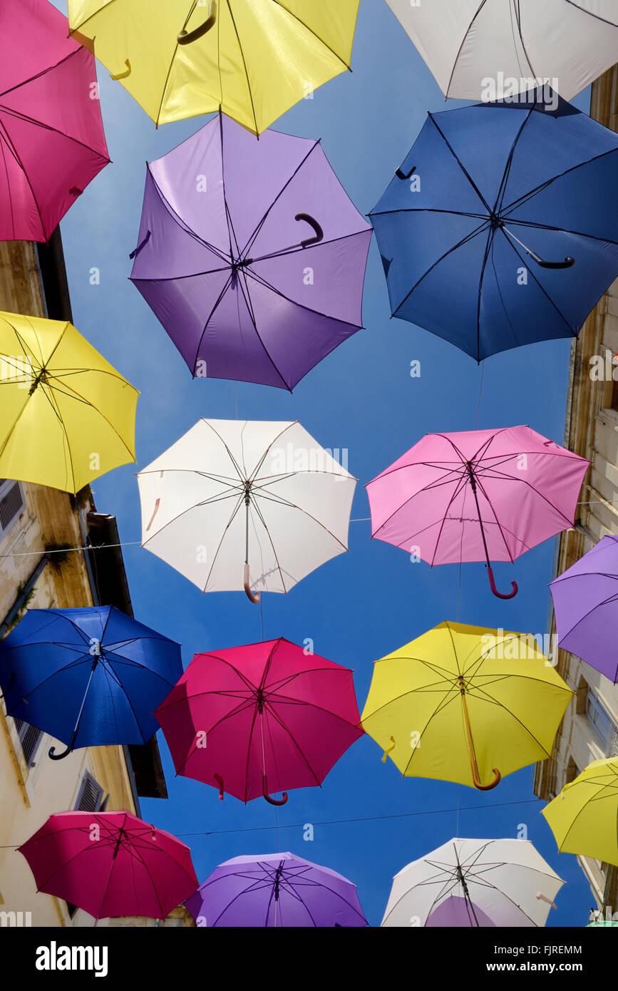 Anzeige der bunte Sonnenschirme Silhouette gegen den blauen Himmel. Street Art oder Installation Kunst in den Straßen Stockbild