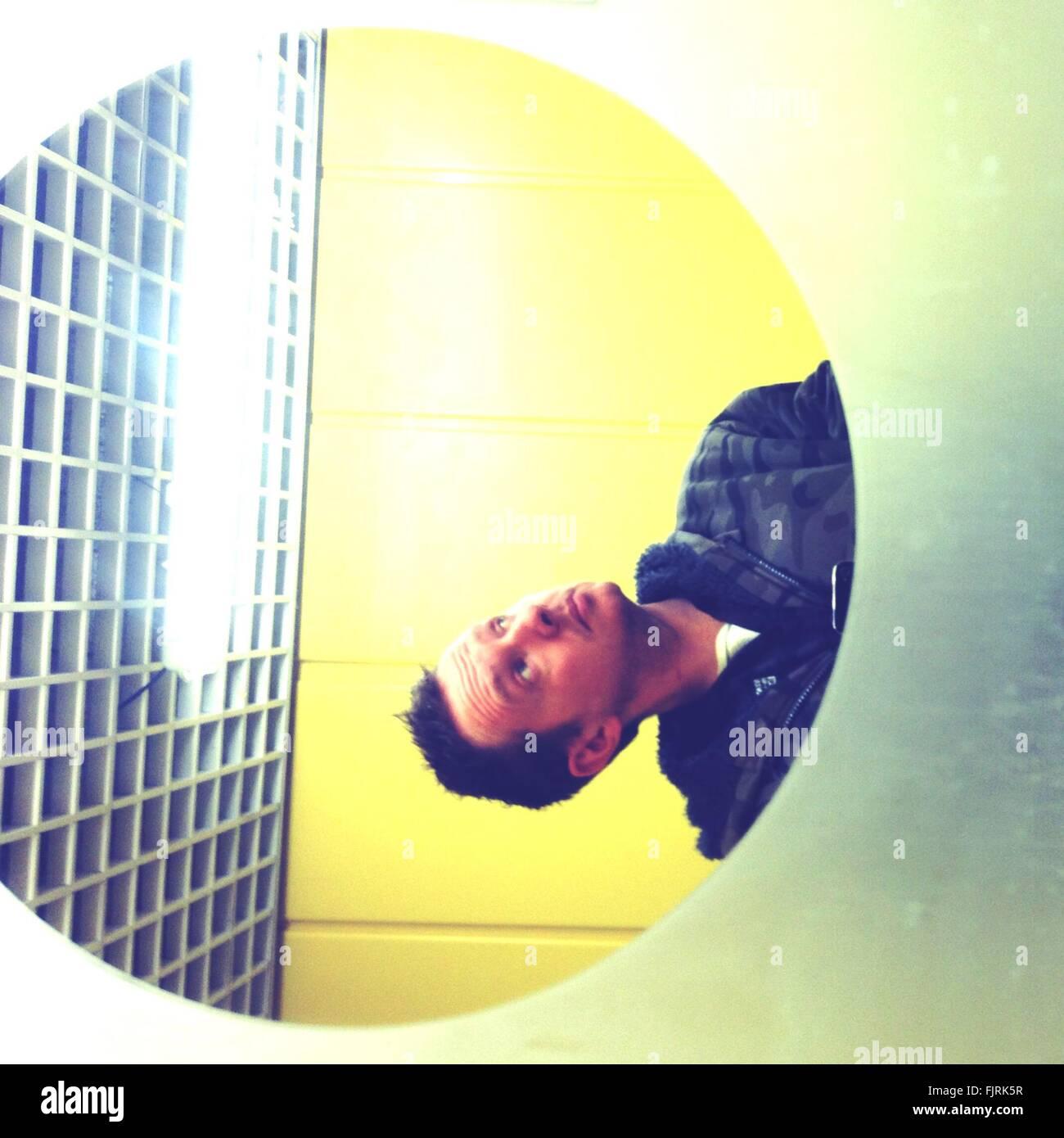 Gedrehte Ansicht Foto der Mann im Spiegel Stockbild
