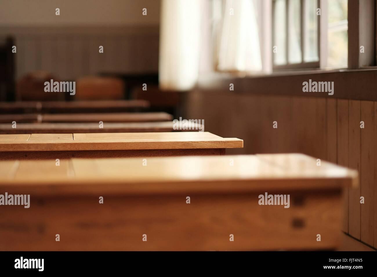 Holzbänke In der Schule Stockfoto, Bild: 97646225 - Alamy