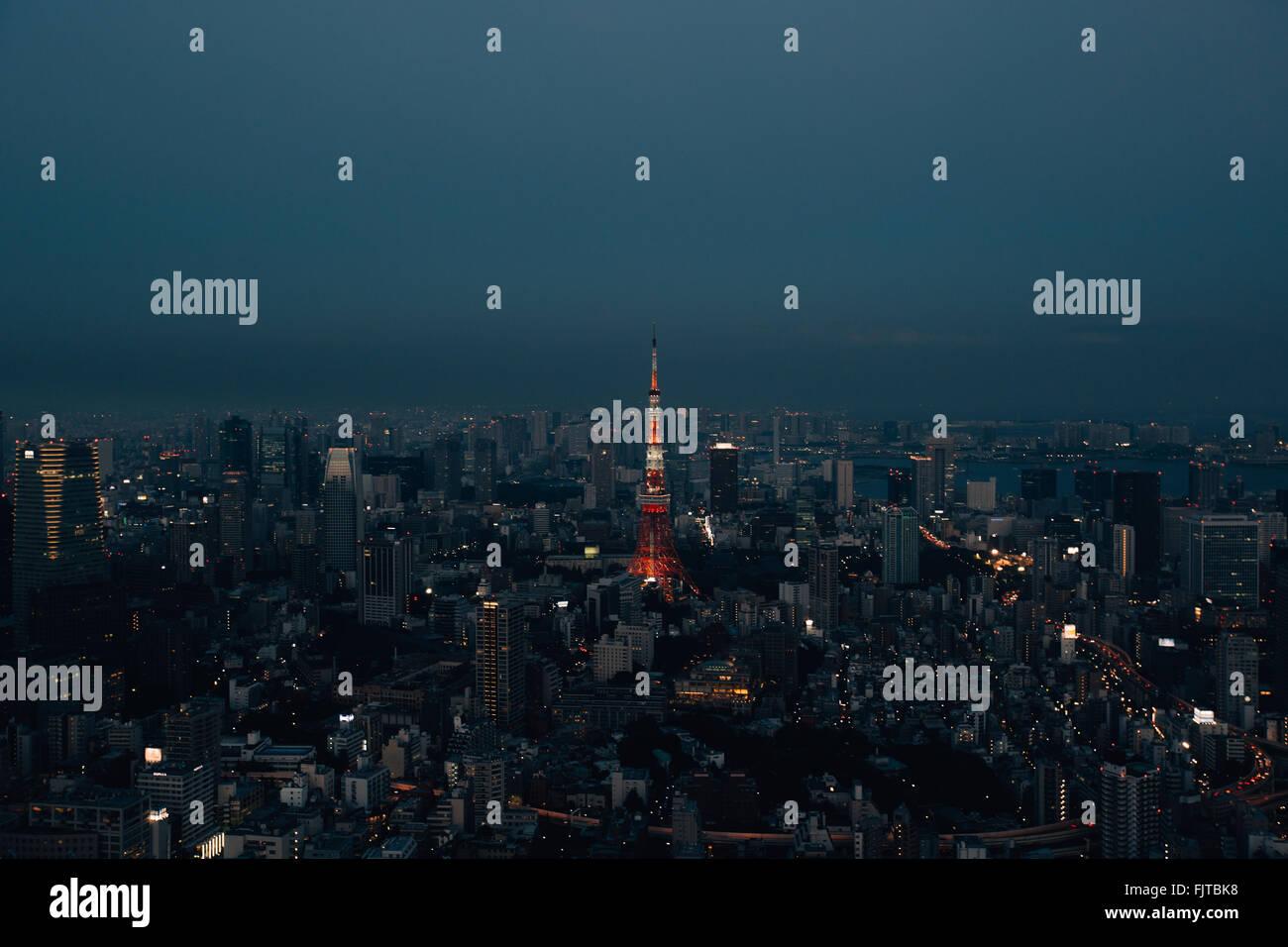 Beleuchtete Tokyo Tower In Stadt gegen klaren Himmel Stockbild