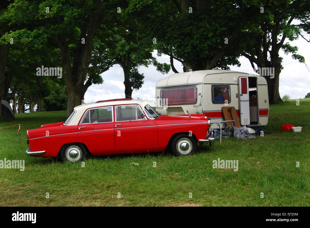 klassisches camping in 1970er Jahren Morris Oxford im Charlbury Cotswolds United Kingdom Stockfoto