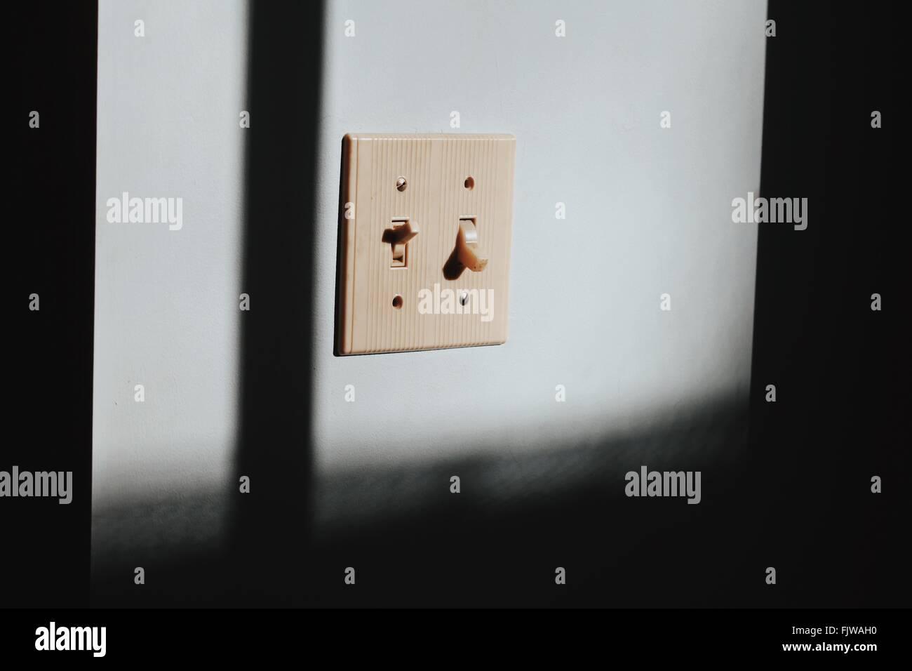 Nahaufnahme der Schalter an der Wand Stockbild