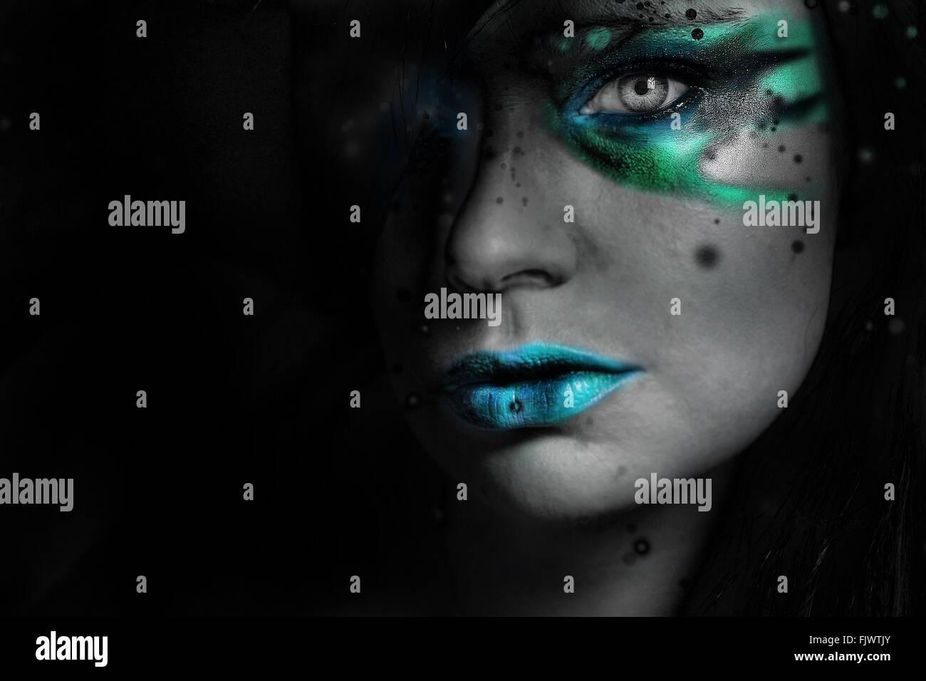 Porträt der jungen Frau mit Make-Up zu Hause Stockbild
