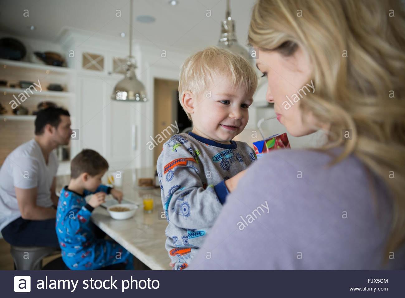 Saft-Box mit Mutter in der Küche teilen Sohn Stockbild