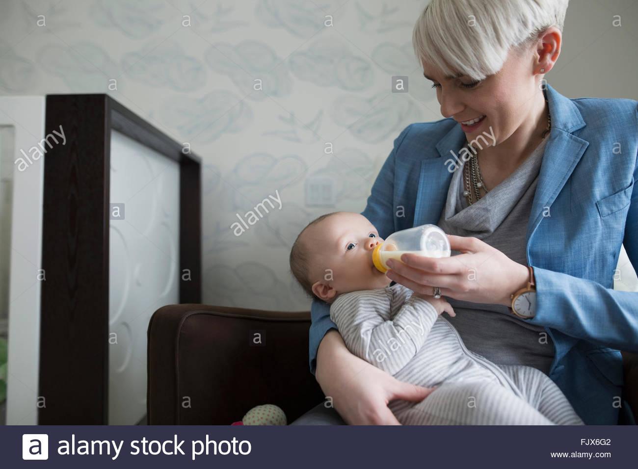 Mutter Fütterung Baby Sohn mit Flasche Stockbild