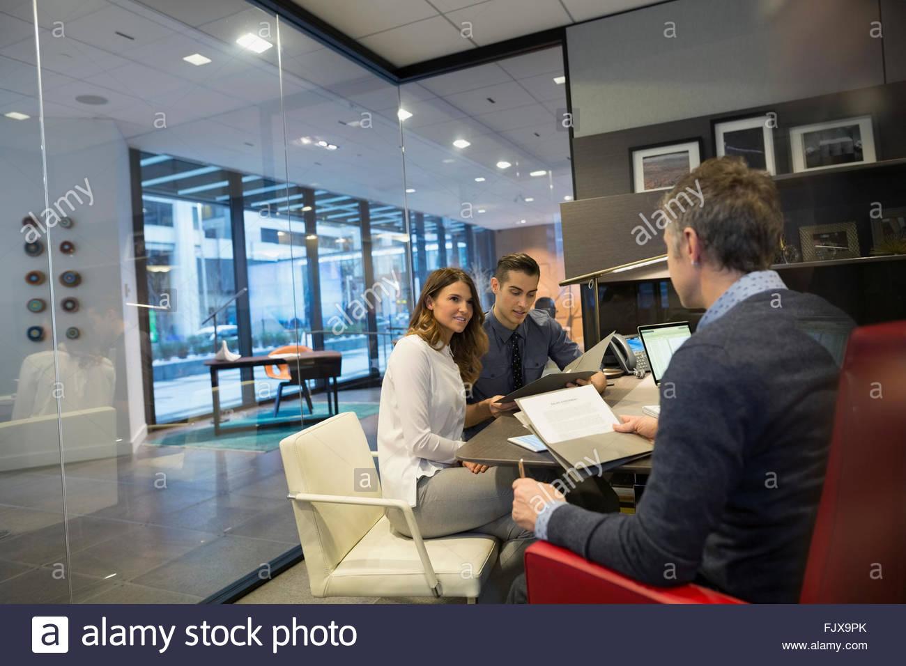 Geschäftsleute treffen Chef Büro 25-29 Jahre Stockbild