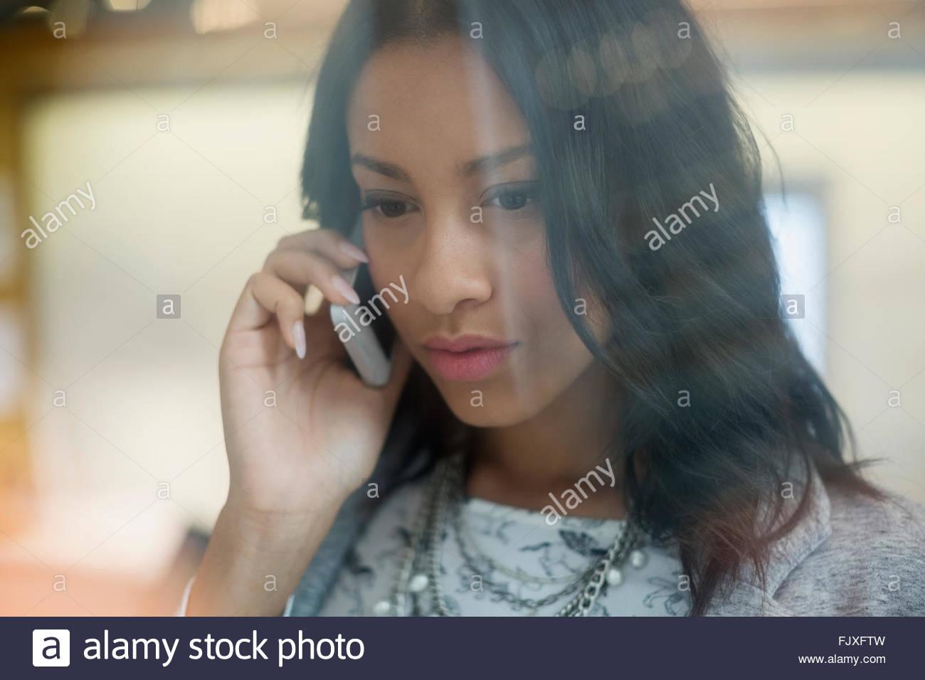 Nahaufnahme der ernste junge Geschäftsfrau Handy im Gespräch Stockbild