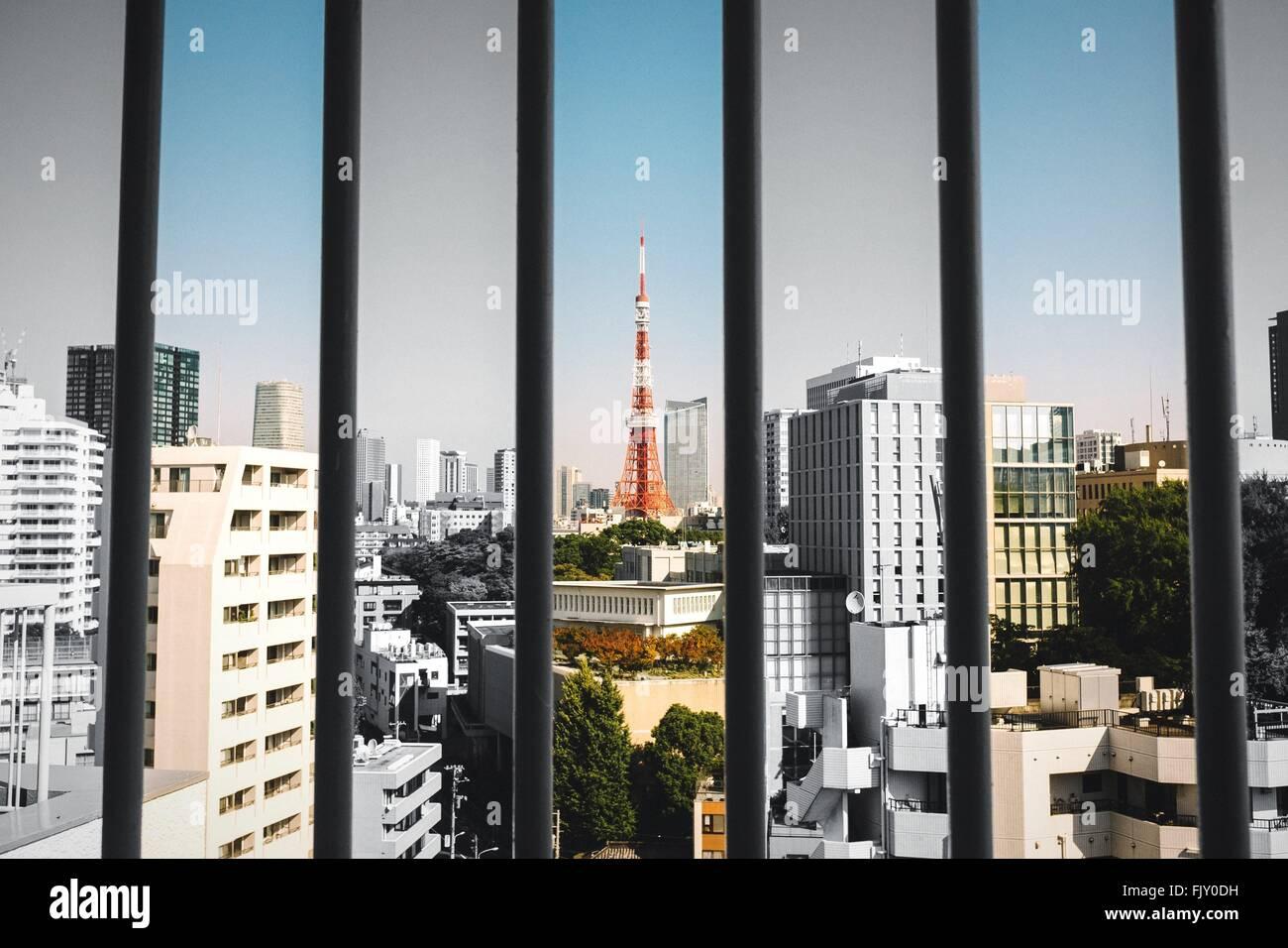Tokyo Tower und Stadtbild durch Fenster gesehen Stockfoto