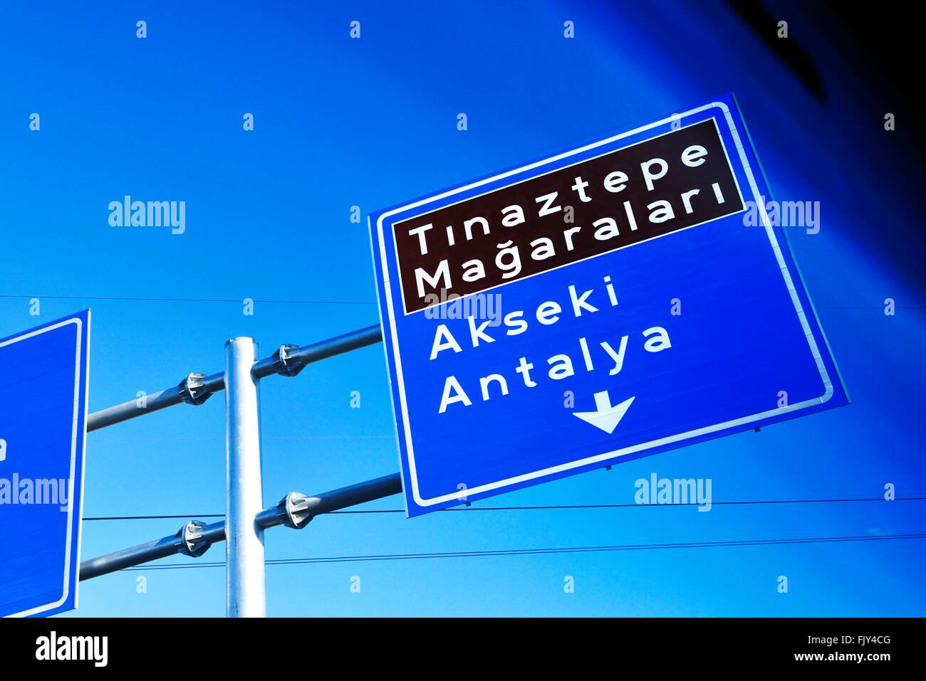 Autobahn Autobahn Richtung Zeichen akseki durch automobile Fenster an der Kreuzung in seydisehir, Anatolien gesehen Stockfoto