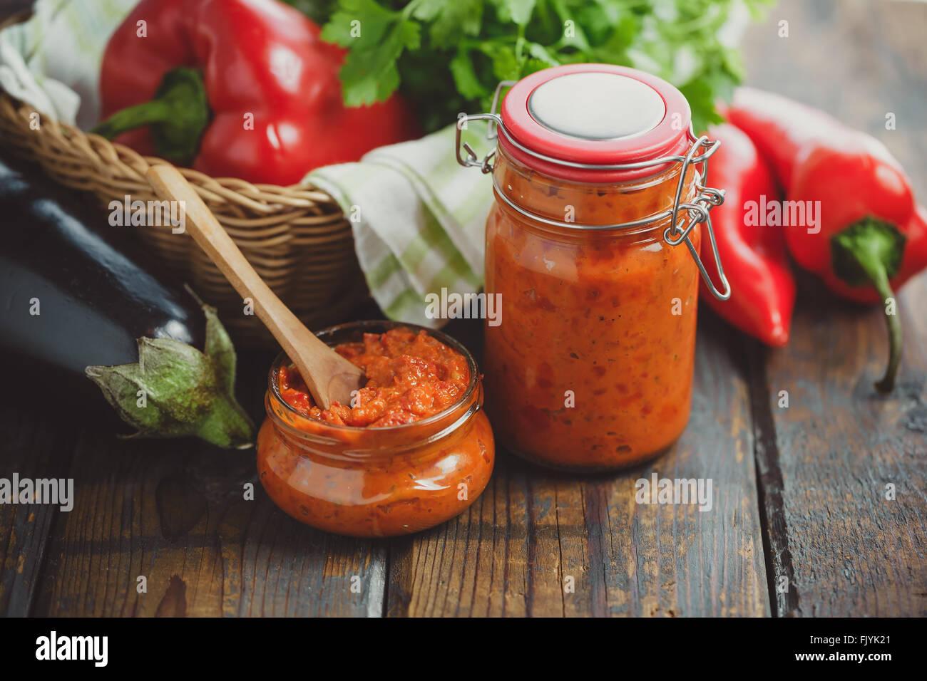 Glas hausgemachter Ajvar, einer köstlichen gerösteten Paprika und Auberginen Gericht. Stockbild