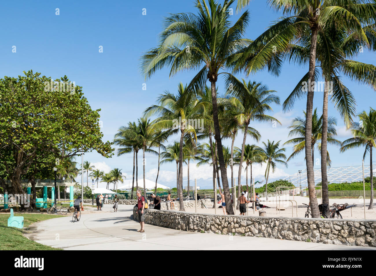 menschen zu fuß auf south beach boardwalk in miami beach