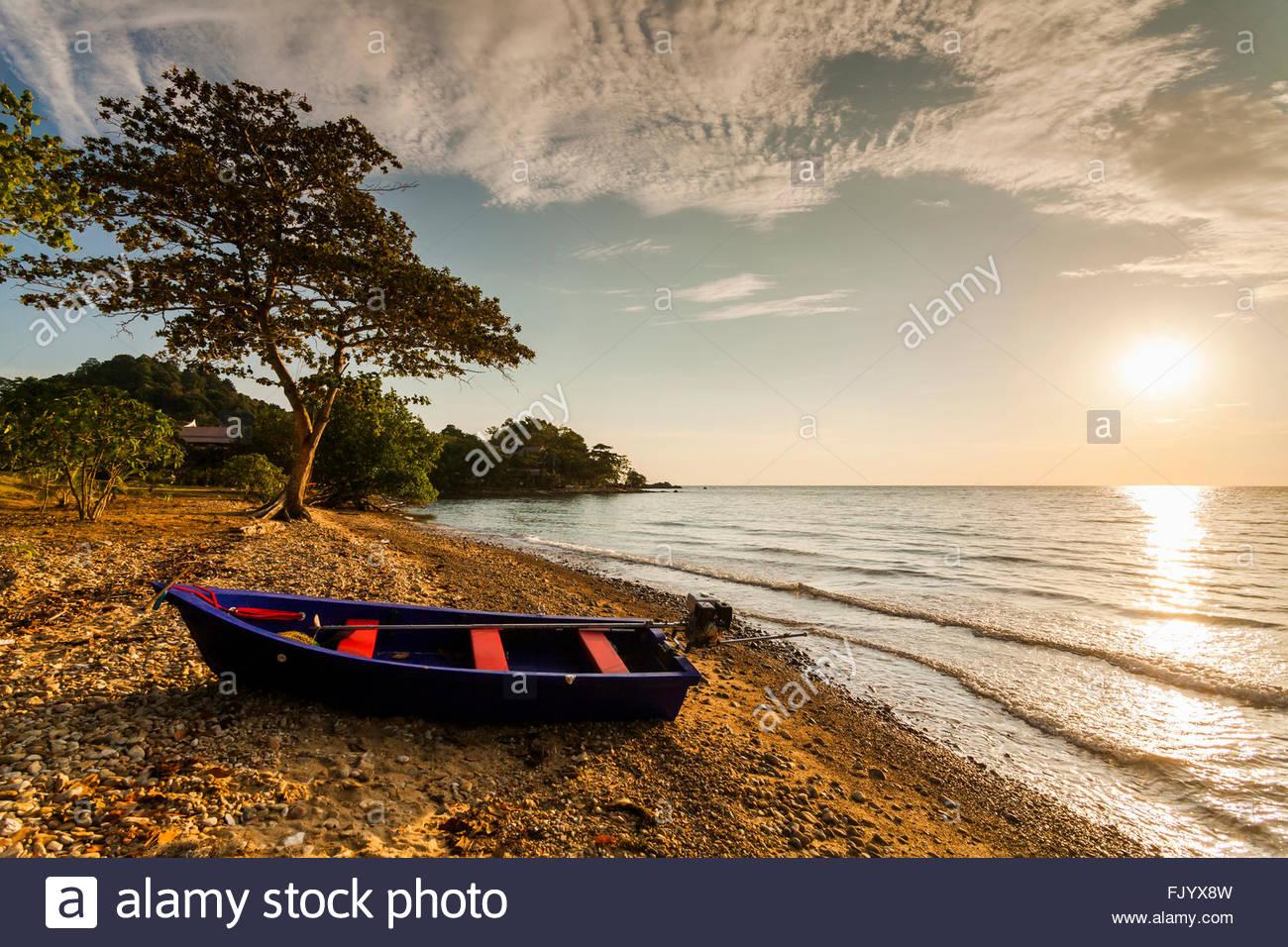 Angelboot/Fischerboot am Ufer einer tropischen Insel. Koh Chang. Thailand. Stockbild