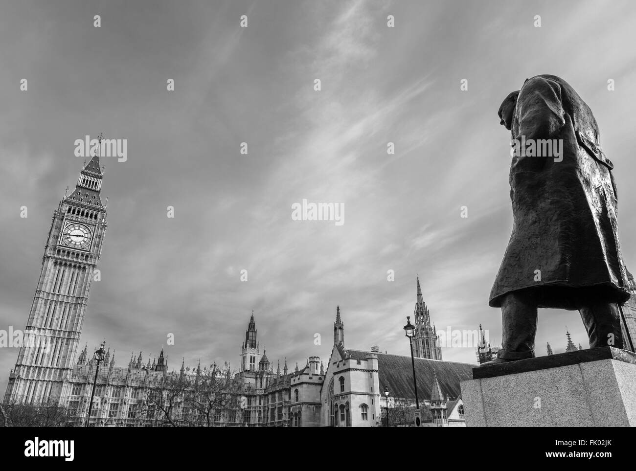 Statue von Sir Winston Churchill mit dem Palace of Westminster hinter, Parliament Square, Westminster, London, England, Stockbild