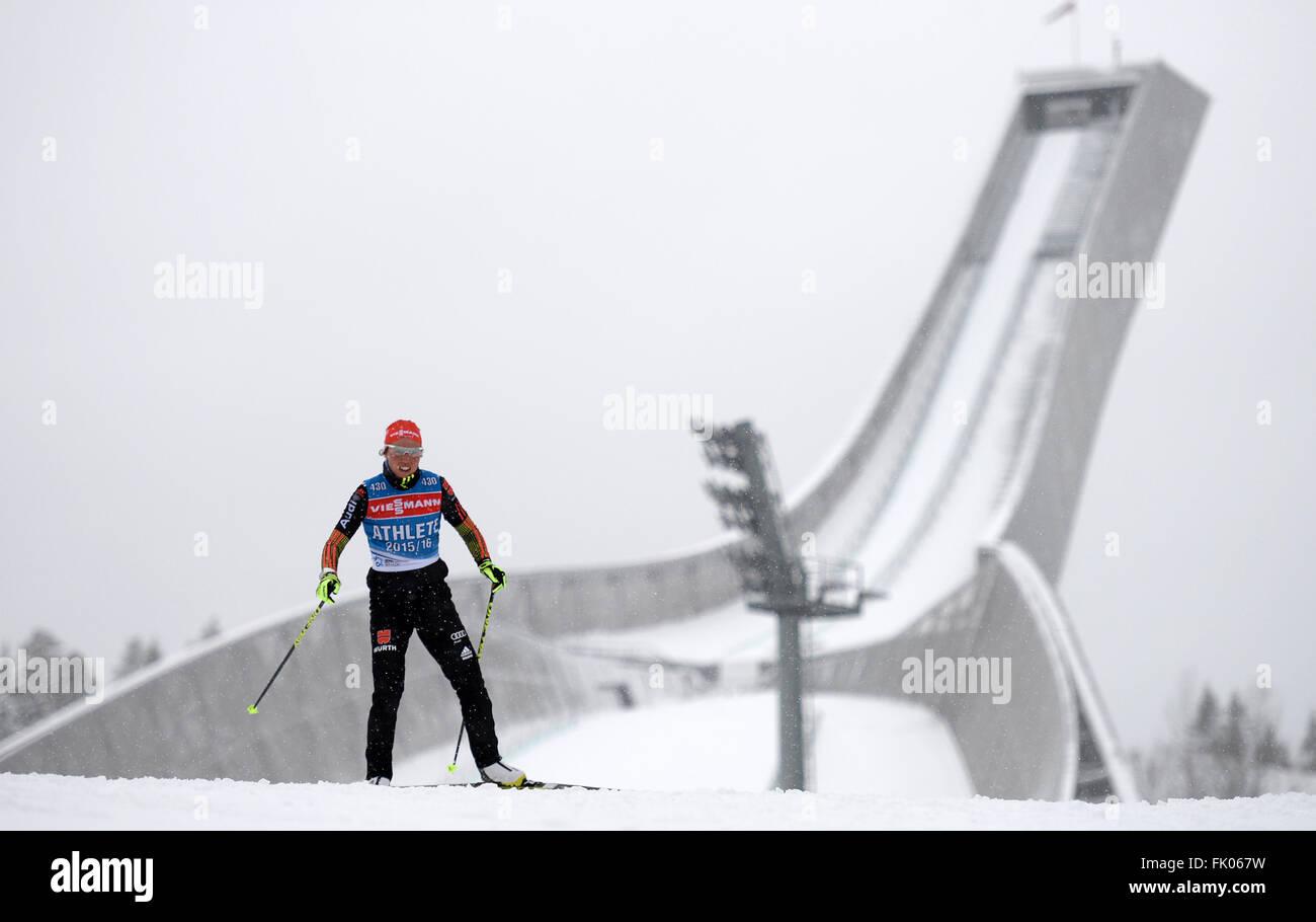 Weibliche Biathletin Laura Dahlmeier Deutschlands in Aktion während einer Trainingseinheit bei den Biathlon Stockbild