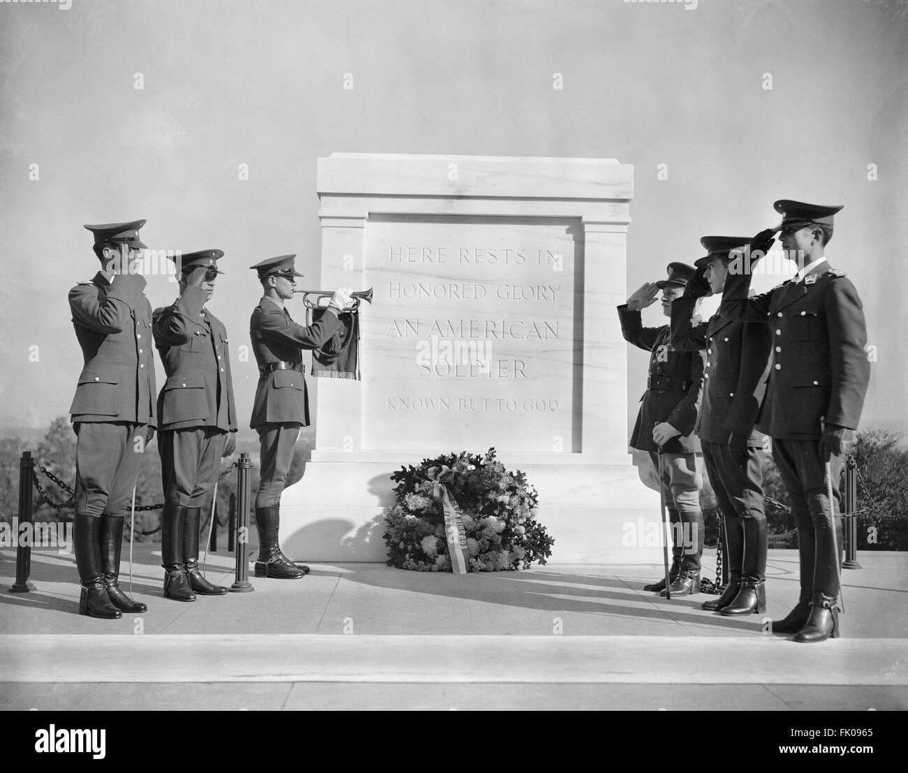 Soldaten salutieren am Grab des unbekannten Soldaten, Arlington Nationalfriedhof Arlington, Virginia, USA, 20. Oktober, Stockbild