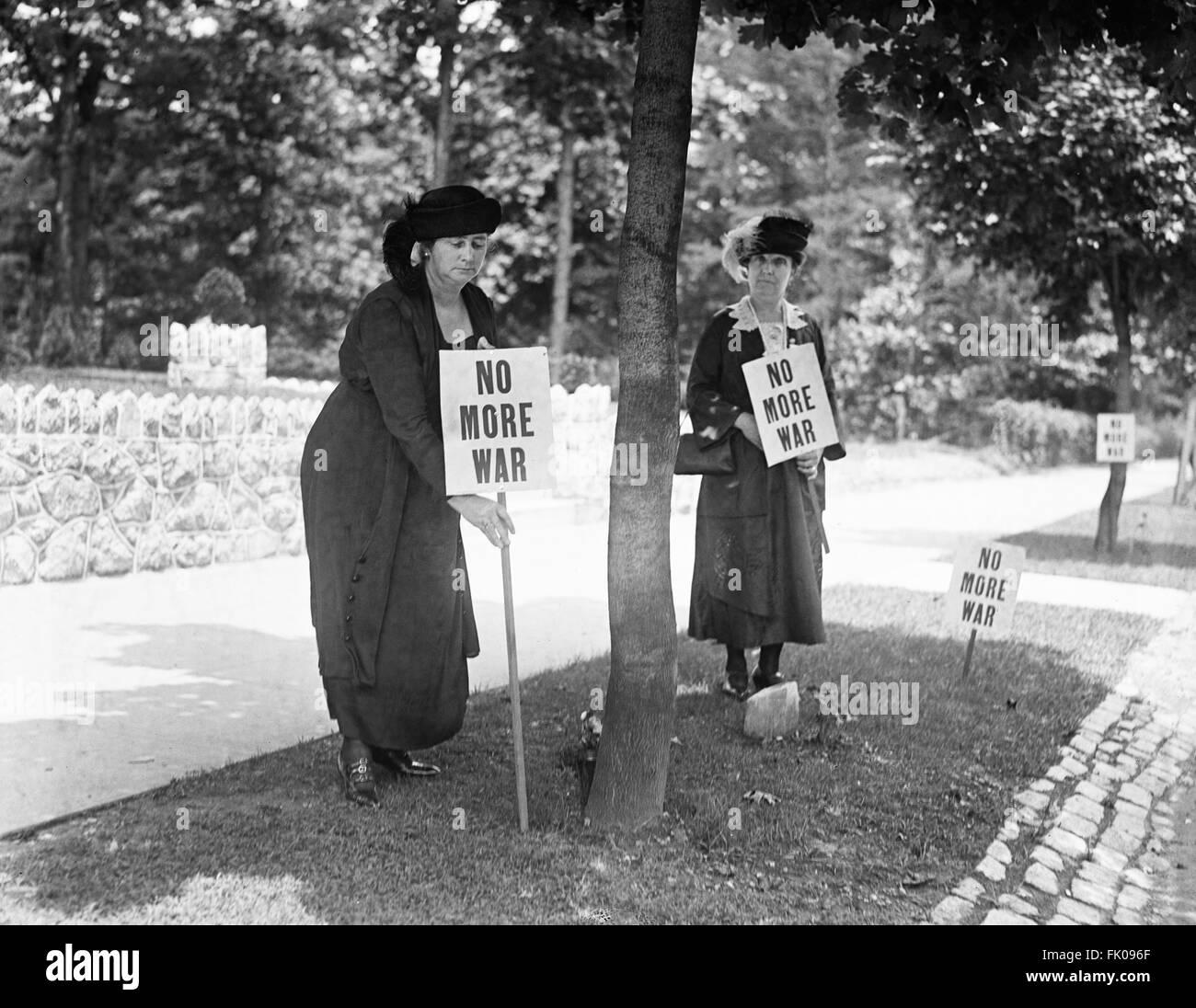 """Am Straßenrand Streikposten mit Schildern """"Nie wieder Krieg"""", USA, 1922 Stockbild"""