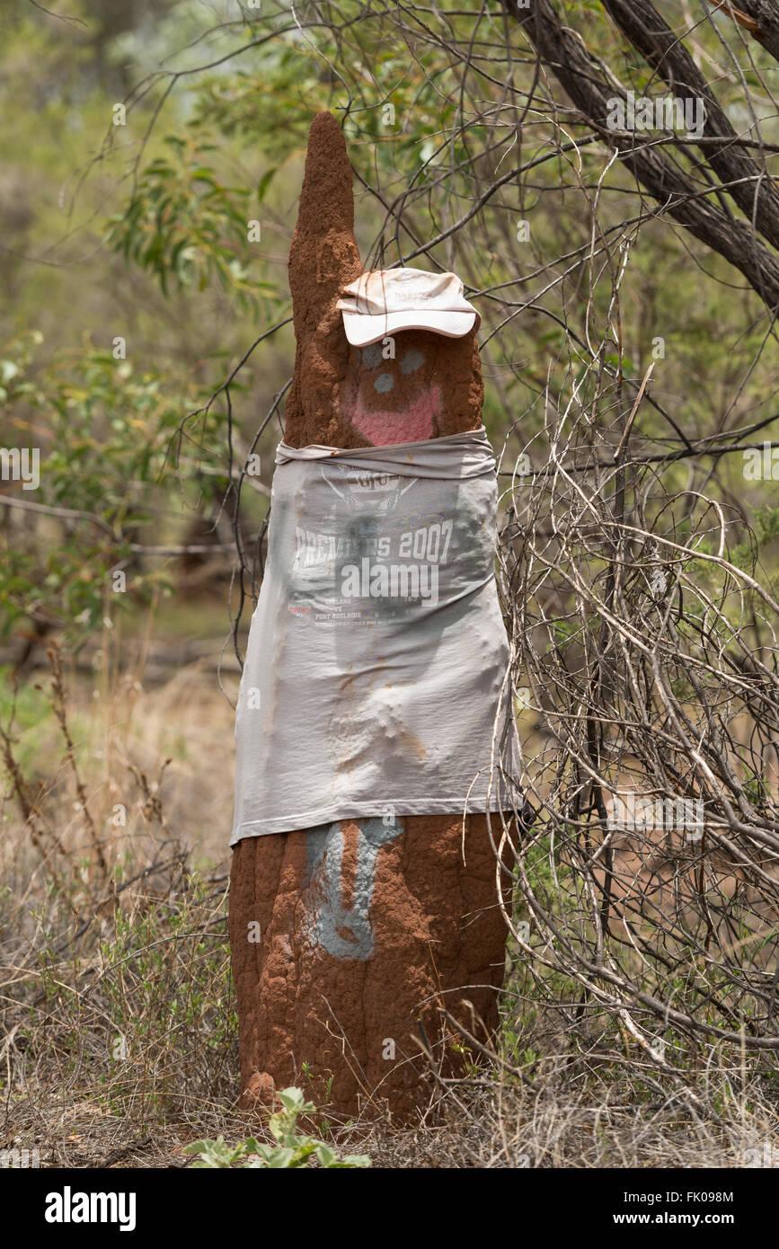 Termite Mound gekleidet in T-shirt und Mütze im Northern Territory. Stockbild