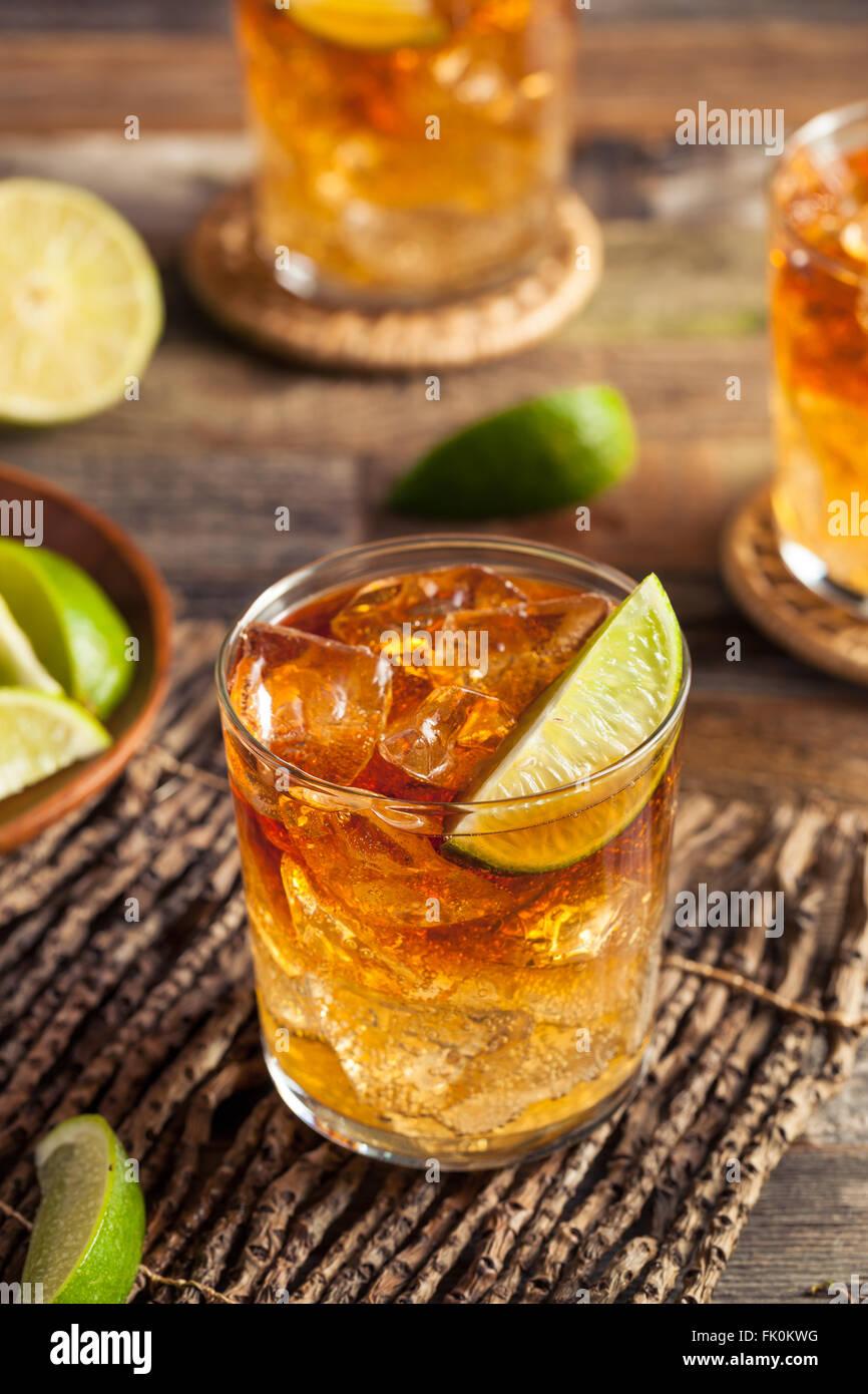 Dunkle und stürmische Rum-Cocktail mit Limette und Ingwer-Limonade Stockbild