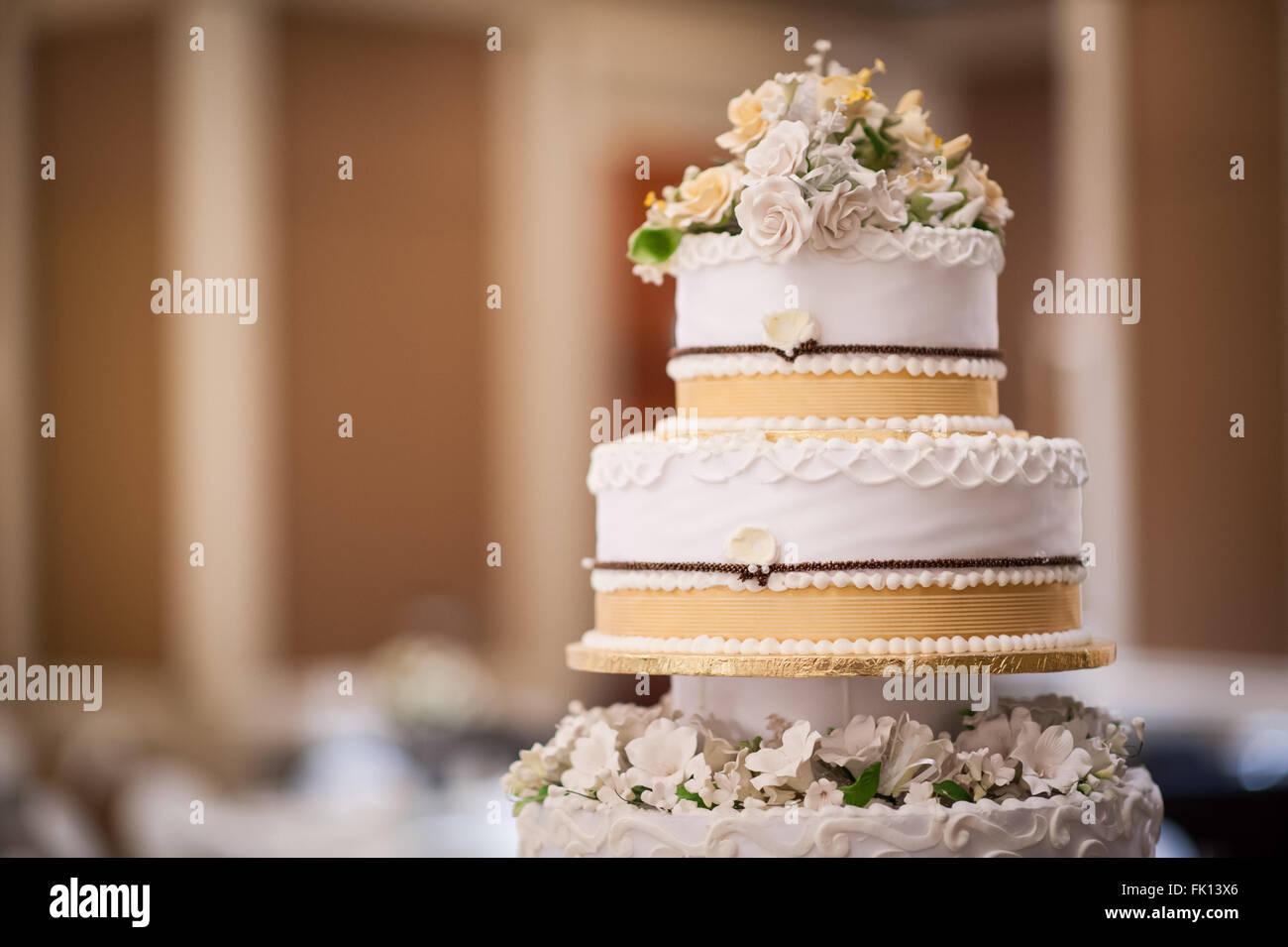 Hochzeitstorte-Details mit Blumenschmuck. Liebe, Hochzeit Konzepte. Stockbild