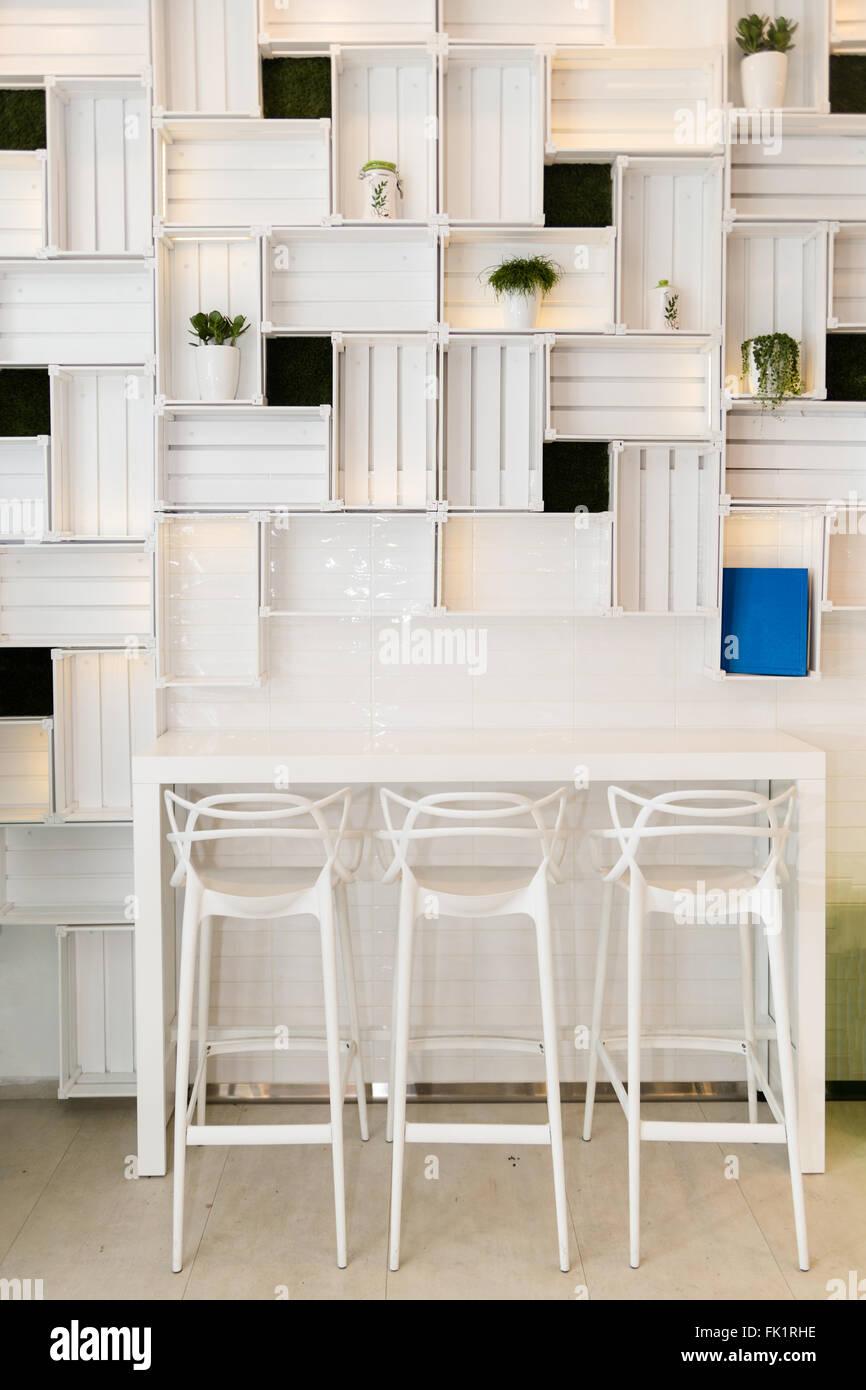 Bar-Hocker im modernen Caffe oder an der Wand der Küche zu Hause ...