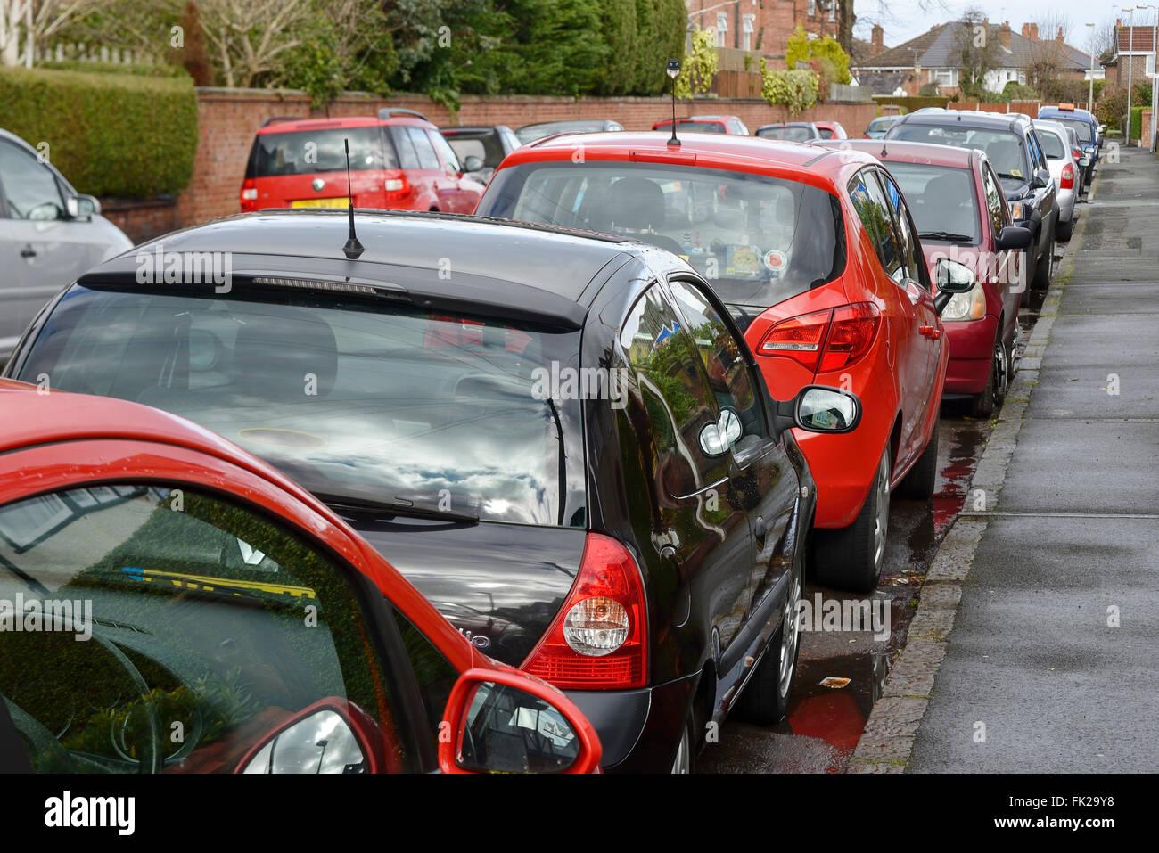 Auf der Seite einer Straße geparkten Autos Stockbild
