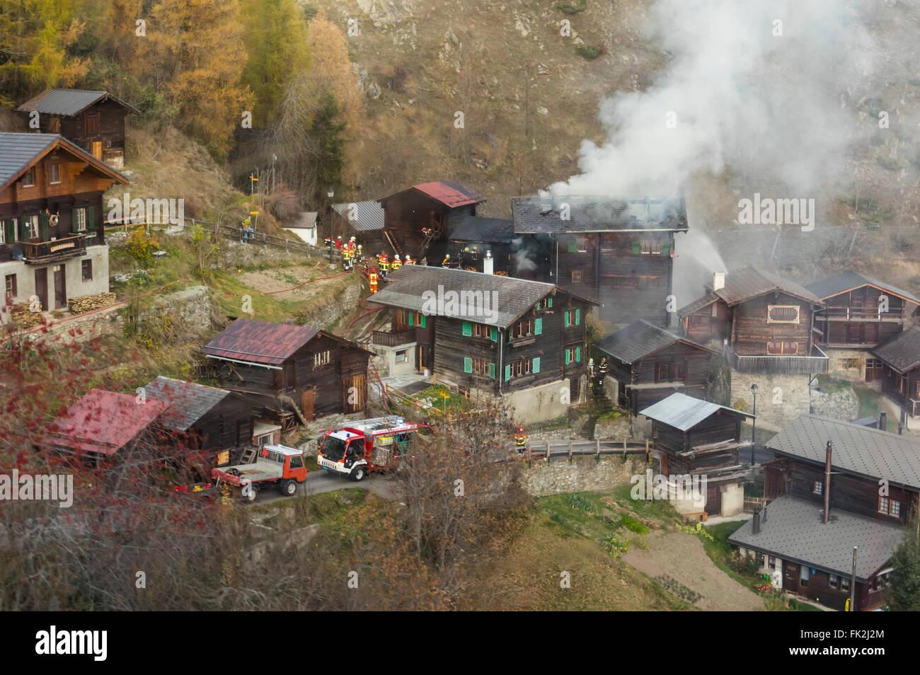 feuerwehrleute l schen eines brandes in einem chalet in den schweizer alpen betten dorf wallis. Black Bedroom Furniture Sets. Home Design Ideas