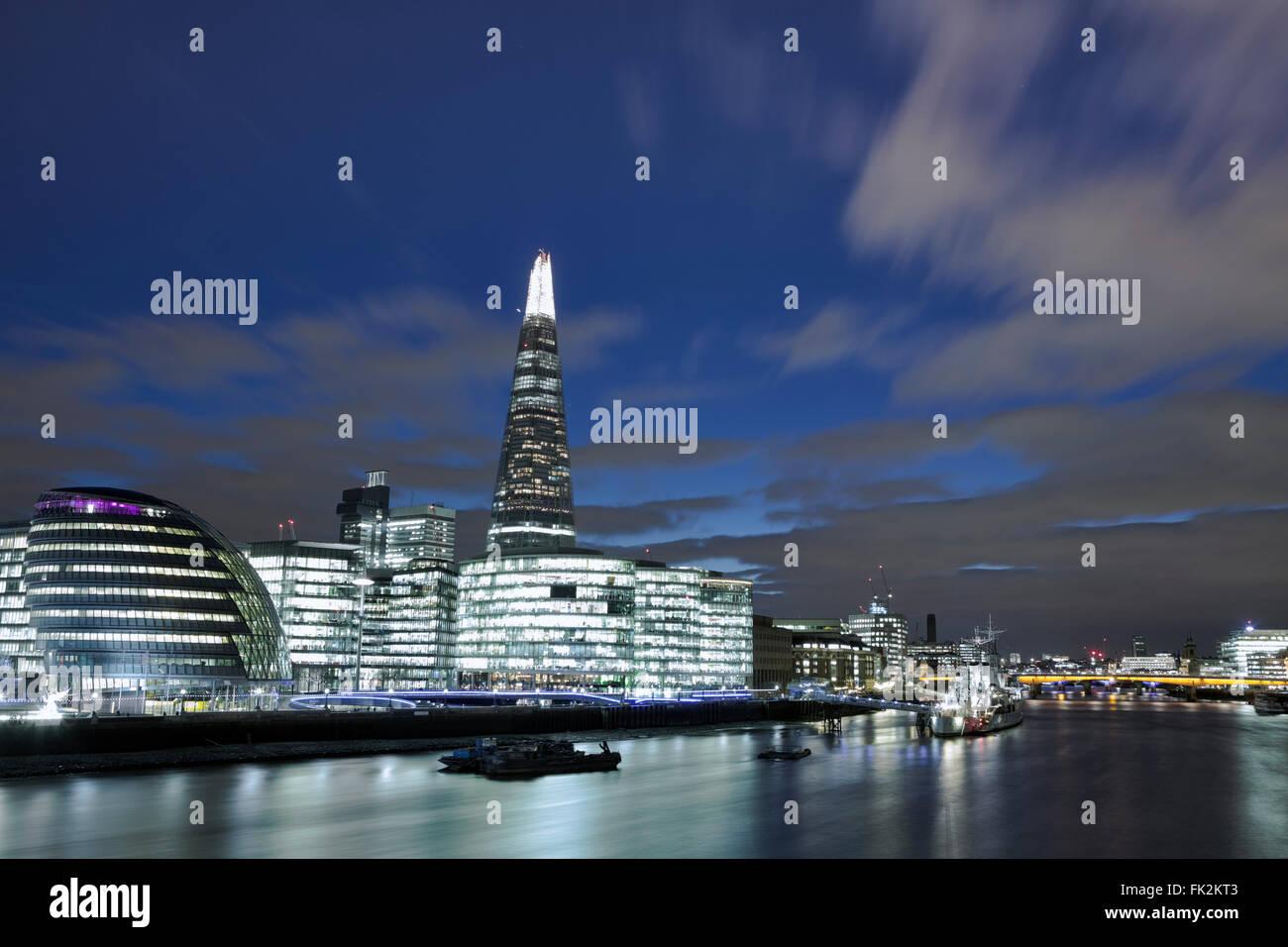 Blick auf das Südufer der Themse in Southwark in der Nacht mit Rathaus und der Shard Stockbild