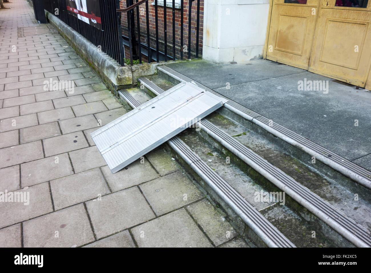 Zugängliche Rampe außerhalb Seymour Leisure Centre, London, UK Stockbild