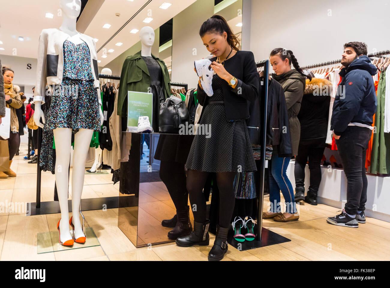 newest d6f69 d13e5 Paris, Frankreich, Frauen Designer-Klamotten Label Shops ...