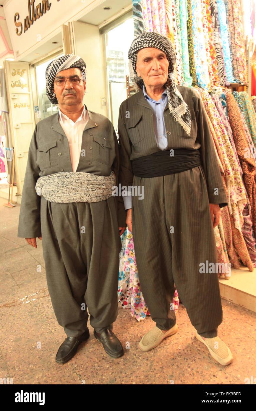 info for 9b4bb c6b3e Kurdische Männer gekleidet in traditioneller Kleidung in ...